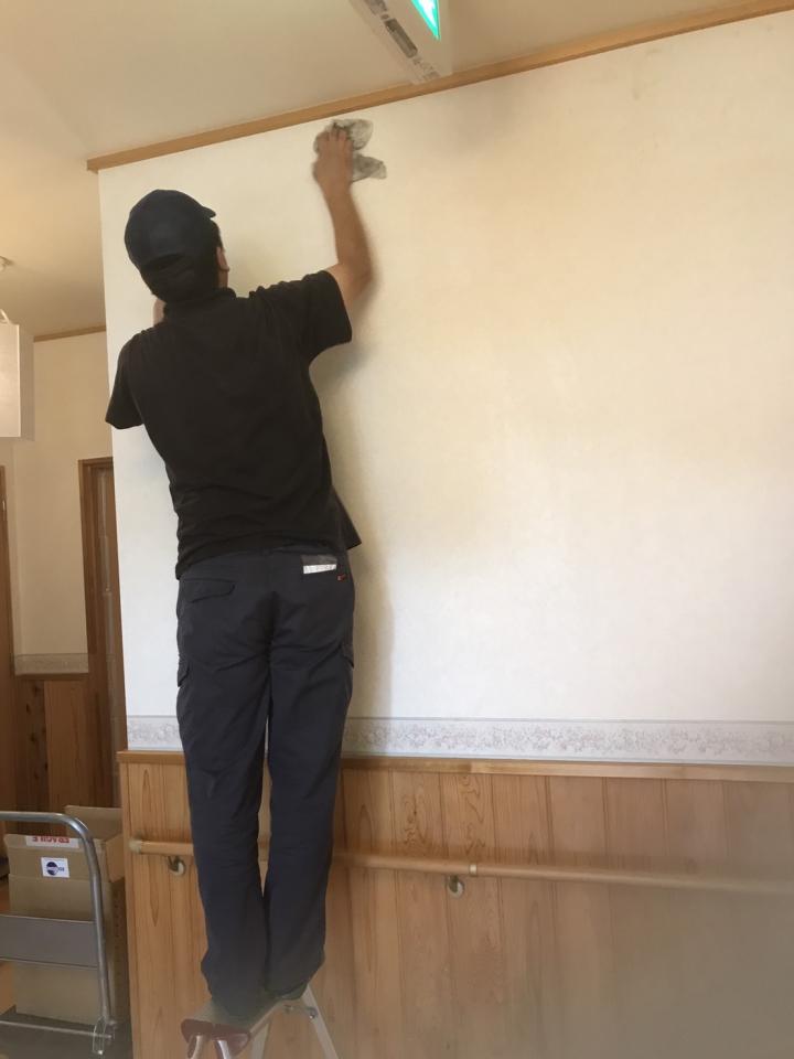 バイオ洗剤で壁を清掃中