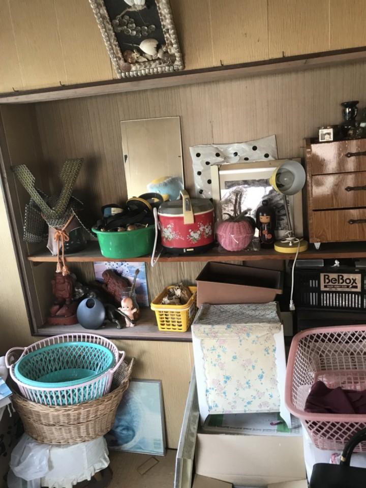 部屋の棚の遺品整理前