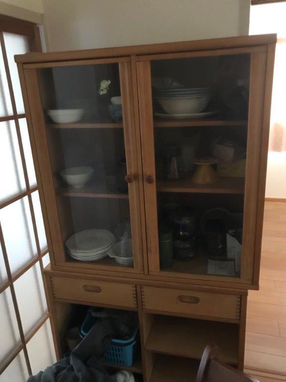 不要になった木製の食器棚
