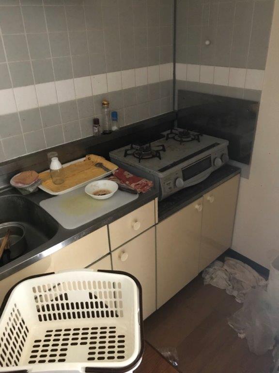 遺品整理前のキッチン(台所)