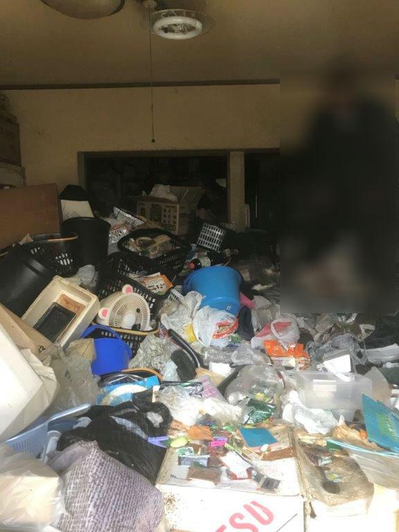 室内に放置されたゴミの山