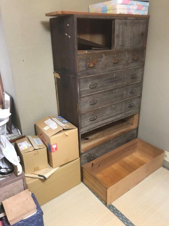 木製箪笥と生活雑貨品
