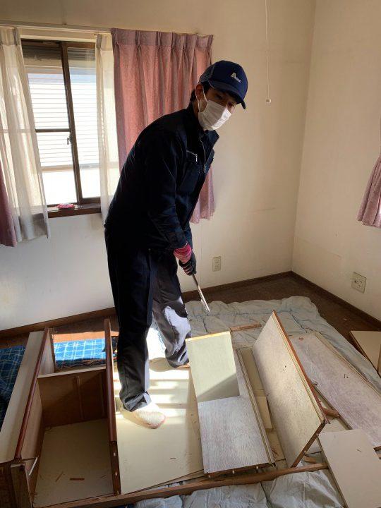 ベッドの解体作業中