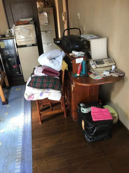 荷物が山積みになったテーブル