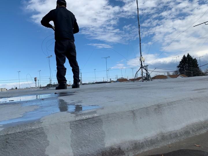 屋根のアンテナ撤去中